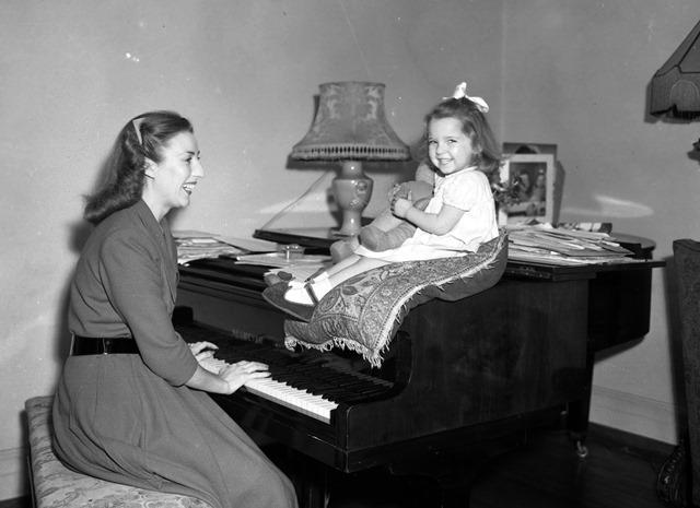 Na snímke z roku 1948 britská speváčka Dame Vera Lynnová hrá na klavír svojej dcérke Virginii vo svojom  byte na severe Londýna