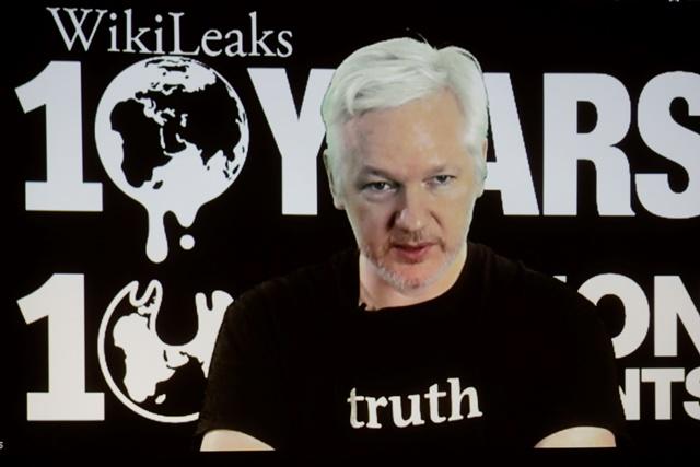 Na snímke zakladateľ platformy WikiLeaks Julian Assange