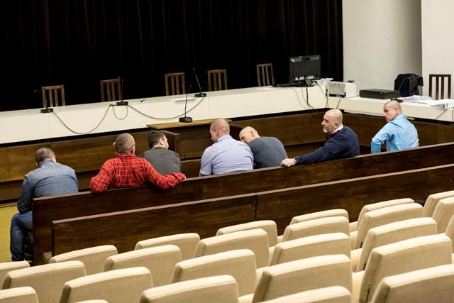 """Na snímke údajní členovia zločineckej skupiny """"takáčovcov"""" so svojimi právnymi zástupcami počas prestávky na zasadnutí Najvyššieho súdu"""