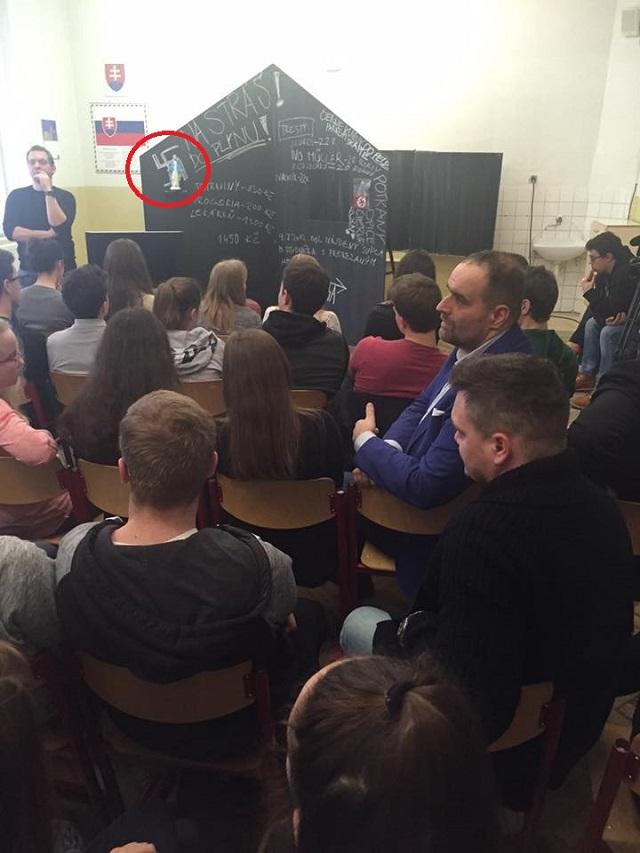 Medzi žiakmi sedí aj predseda Bratislavského kraja Pavol Frešo