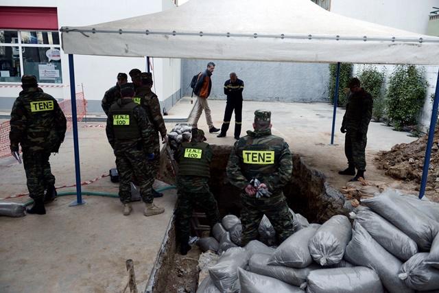 Na snímke pyrotechnici  sa chystajú zneškodniť bombu