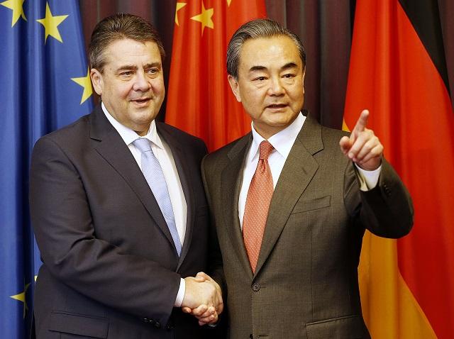 Čínsky minister zahraničných vecí Wang I (vpravo) a jeho nemecký rezortný kolega Sigmar Gabriel sa rozprávajú pred začiatkom zasadnutia ministrov zahraničných vecí krajín G20 v Bonne 16. februára 2017. Zasadnutia sa zúčastní  aj nový šéf americkej diplomacie Rex Tillerson