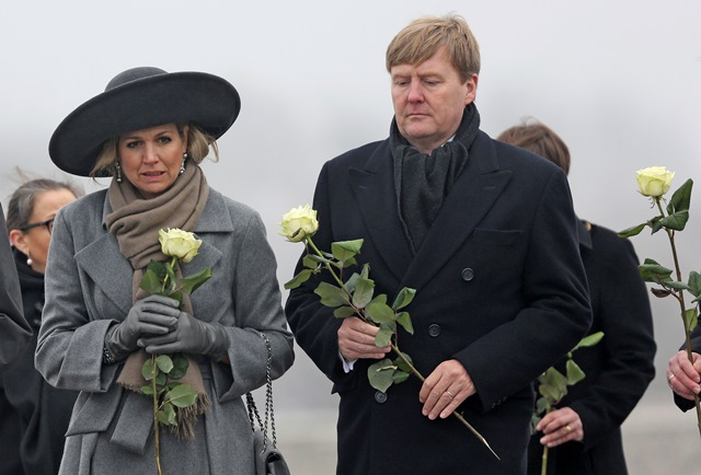 Na snímke sprava holandský kráľ Viliam Alexander a kráľovná Máxima kladú ruže k mapätníku obetiam počas návštevy v bývalom koncentračnom tábore Buchenwald neďaleko Weimaruu v Nemecku
