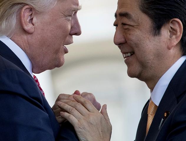 Na snímke americký prezident Donald Trump (vľavo) a japonský premiér Šinzó Abe