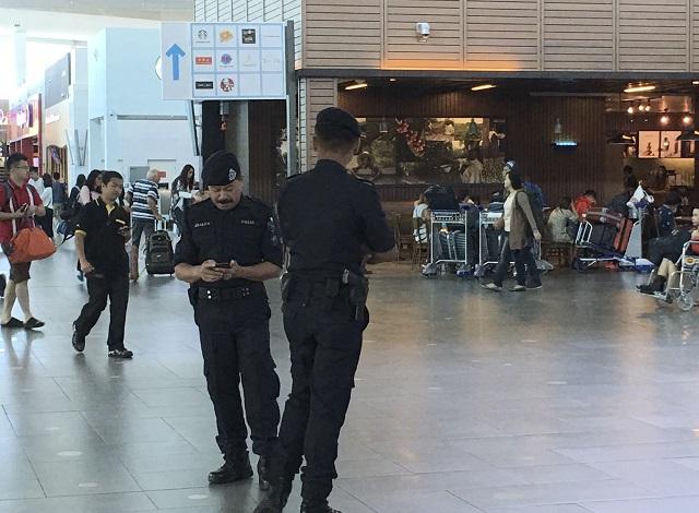 Na snímke hliadkujúca malajzijská  polícia. Polícia už zatkla dve ženy v súvislosti so smrťou Kim Čong-nama