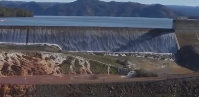 Pri kalifornskej priehrade evakuovali desaťtisíce ľudí; hrozí vyliatie