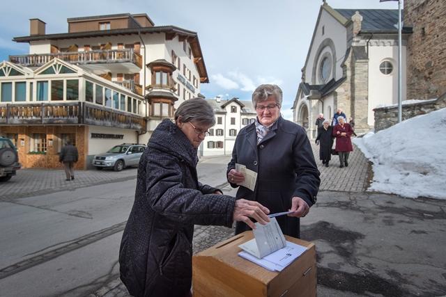 Na snímke ľudia vhadzujú svoje hlasovacie lístky do urny