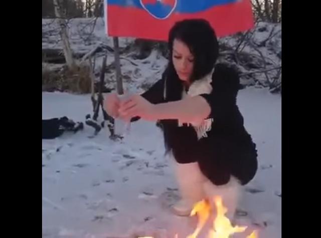 Na snímke z videa Sheila Z. páli Korán