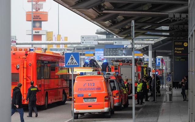 Na snímke sanitky stoja pred letiskom v Hamburgu