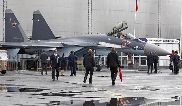 Na snímke ruská viacúčelová bojová stíhačka Suchoj Su-35 ruského koncernu Združená letecká korporácia na 50. ročníku medzinárodnej výstavy civilnej a vojenskej leteckej techniky Foto: Remy de la Mauviniere