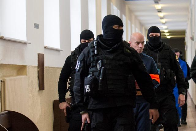 Na snímke Richard B. prezývaný Kofola v sprievode justičnej polície prichádza na súdne pojednávanie, na ktorom má vypovedať v prípade vraždy zakladateľa bratislavskej skupiny sýkorovcov Miroslava Sýkoru spred takmer 20 rokov