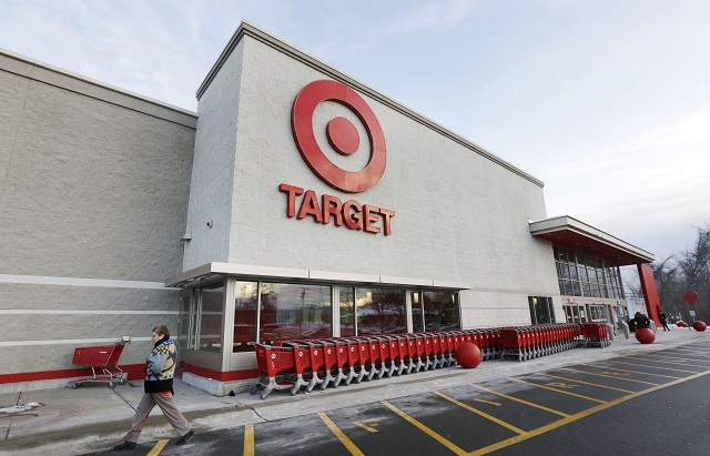 Zákazníci odchádzajú z amerického maloobchodného reťazca Target v centre Minneapolisu