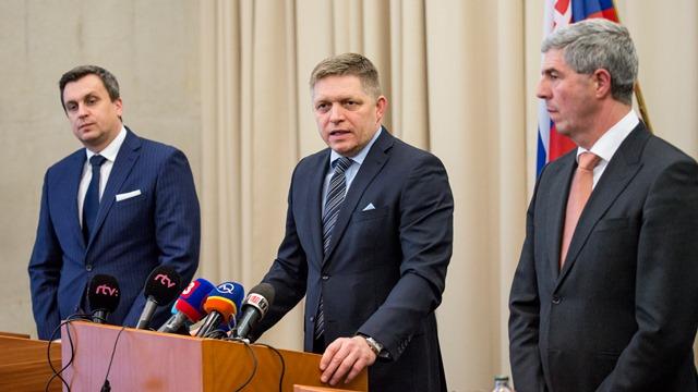 Na snímke zľava predseda NR SR a predseda SNS Andrej Danko,  premiér a predseda Smer-SD  Robert Fico a podpredseda parlamentu a predseda Most-Híd Béla Bugár
