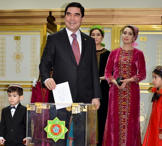 Na snímke turkménsky prezident Gurbanguly Berdymuchamedov vhadzuje lístok do urny vo volebnej miestnosti počas prezidentských volieb