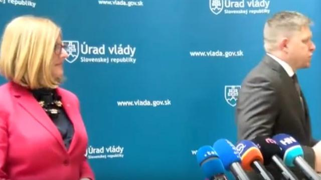 Fico se s novináři nemaže. Z tiskové konference odešel po několika sekundách...