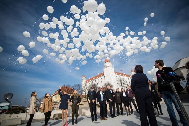 Poslanci OĽaNO vypustili biele balóny kvôli dvom strašným výročiam: za obete holokaustu a umelo potratené deti