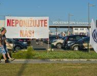 Na snímke pracovníci automobilky Volkswagen Slovakia (VW SK), ktorí vstúpili do ostrého, časovo neobmedzeného štrajku