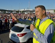 Na snímke predseda Moderných odborov VW Zoroslav Smolinský hovorí k zamestnancom, ktorí vstúpili do ostrého, časovo neobmedzeného štrajku v utorok 20. júna 2017 v Bratislave. Ani po opakovaných rokovaniach aj pred sprostredkovateľom sa totiž odbory nedohodli s vedením firmy na zvyšovaní platov. Ide o prvý štrajk v histórii slovenského závodu tejto automobilky, ktorá na Slovensku pôsobí od roku 1991