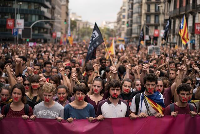 b2e1ffadf4bda Na snímke: Stovky študentov sa zišli na Námestí Katalánska (Placa de  Catalunya) v Barcelone na protest proti policajnej brutalite počas  nedeľného referenda