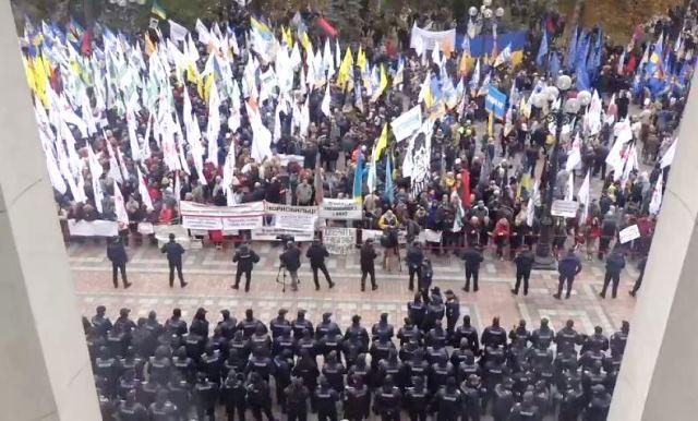 Nový Majdan v Kyjevě? Radikálové obléhají parlament a pokoušejí se probojovat dovnitř, parlament pozastavil svou práci