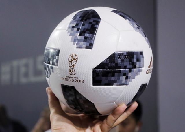 52d943dd0 Argentínsky reprezentant Lionel Messi drží novú oficiálnu futbalovú loptu  pre majstrovstvá sveta v Rusku značky Adidas Telstar 18 počas ceremoniálu v  Moskve