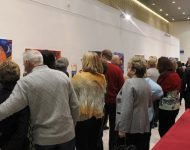 Na snímke návštevníci obdivujú vystavované diela
