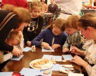 Na snímke deti sa učia zdobiť perníky