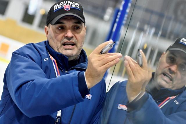 1794592d28501 Na snímke tréner slovenskej hokejovej reprezentácie do 20 rokov Ernest  Bokroš