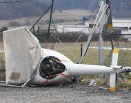 Na snímke spadnutý vrtuľník na letisku