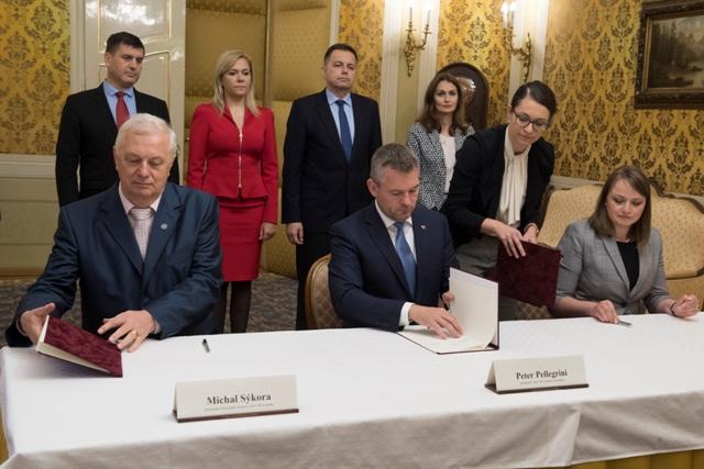 d135eba7e5ad ... predseda vlády SR Peter Pellegrini a viceprezidentka Konfederácie  odborových zväzov (KOZ) SR Monika Uhlerová počas podpisu Vyhlásenia  zástupcov ...
