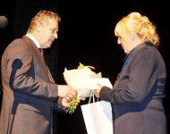 Na snímke: primátor Nitry Jozef Dvonč odovzdal riaditeľke Viktórii Mankoveckej Pozdravný list a vecný dar k 65. výročiu tejto voľno-časovej ustanovizne.