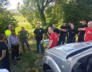 Na snímke policajti, hasiči a miestni, ktorí pomáhali hľadať strateného muža