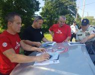 Na snímke hasiči a policajti mapujú terén