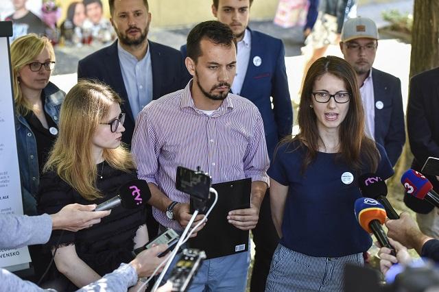 Na snímke zástupcovia z iniciatívy Za slušné Slovensko sprava Veronika  Bruncková cb1291f5a63