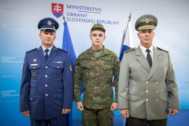 7b73ff47a Rezort obrany mení výstrojné normy, aby mohli uniformy využívať iba ...
