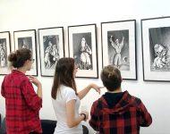 Na snímke návštevníci výstavy