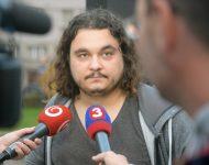 Na snímke člen iniciatívy Nie v našom meste! Jakub Pohle počas protestu Danko ukáž prácu! v parku pred rektorátom Univerzity Mateja Bela (UMB) v Banskej Bystrici