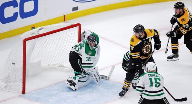 f44665355183c Hokejista Bostonu Bruins Brad Marchand (vpravo) strieľa víťazný gól na 2:1  v predĺžení zápasu zámorskej hokejovej NHL Boston Bruins – Dallas Stars