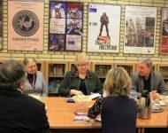 Na snímke predsedníčka Spoločnosti Ľ. Štúra prof. A. Mašková (v strede) zoznamuje s najnovším vydaním almanachu Devín