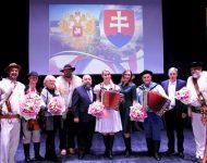 """Na snímke  členovia skupiny """"Grupa mocnego uderženia"""" spolu s hostiteľmi a organizátormi"""