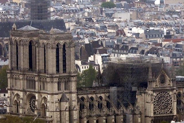 6a04be398219 Na snímke parížska katedrála Notre Dame z Montparnasského mrakodrapu so  zničenou strechou po katastrofálnom požiari