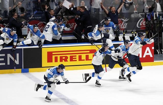 01a19b044f18e Na snímke sa fínsky hokejisti tešia z výhry nad reprezentáciou Ruska