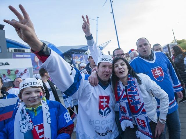 6d3a8ce5011fb Na snímke slovenskí fanúšikovia pred zápasom základnej A-skupiny Slovensko  – Kanada