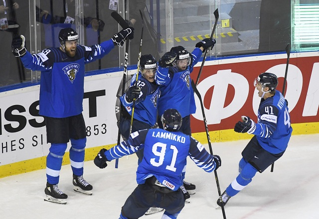 3c2720ada4ba3 Na snímke radosť hráčov Fínska po výhre 5:4 v predĺžení v zápase  štvrťfinále Fínsko – Švédsko