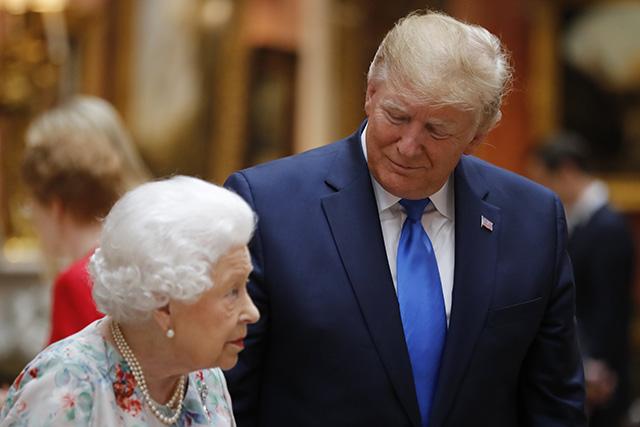 """809b381829 Na snímke britská kráľovná Alžbeta II. v s americkým prezidentom Donaldom  Trumpom. """""""