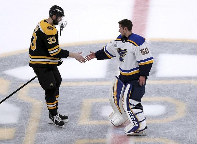 844da2f8b40ee Kapitán Bostonu Zdeno Chára gratuluje k víťazstvu brankárovi Blues  Jordanovi Binningtonovi po víťazstve v siedmom zápase finále play off NHL  Boston Bruins ...