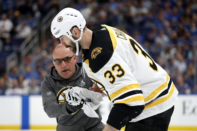 9d8c639057b6d Kapitán Bostonu Bruins Zdeno Chára korčuľuje z ľadu po zásahu pukom vo  štvrtom dueli finále play off zámorskej hokejovej NHL St. Louis Blues –  Boston Bruins ...