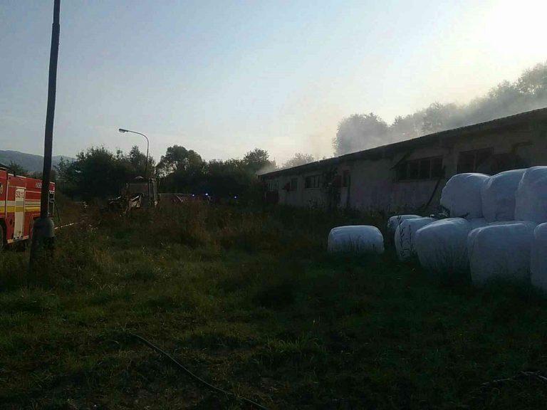 Hasiči zasahujú pri požiari maštale