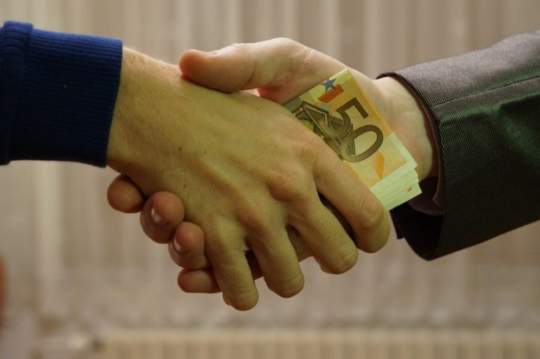 korupcia peniaze bankovky dohoda