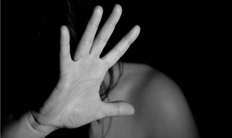 domáce násilie žena strach plač